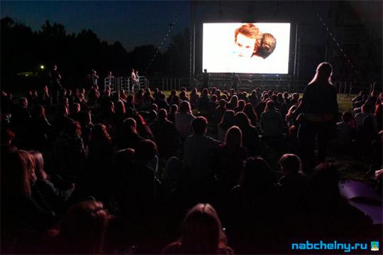 «После кинопоказа состоится церемония голосования за лучший фильм светом фонарика. Мы специальным устройством замеряем уровень света, понимаем, кто победил»