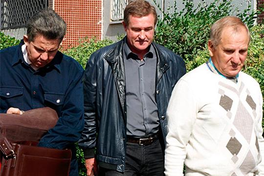 Рамиль Гарифуллин (справа), осужденный челнинским судом в 2013 году за мошенничество в особо крупном размере, вновь занимается лечением в родных Вятских Полянах Кировской области