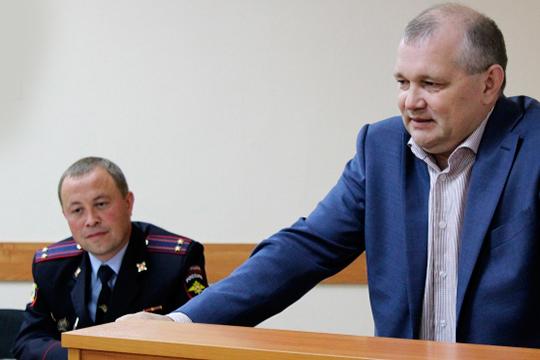 Столичный отдел полиции №5, известный как «Азино-2», возглавил Айдар Сафаров (слева). Прежний руководитель отдела Рустем Нуруллин (справа) покинул должность по собственному желанию