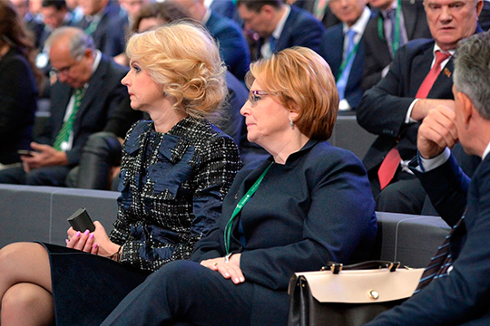 Отношения между двумя дамами несложились еще стех пор, когда Вероника Скворцова (справа), сменившая Татьяну Голикову (слева), свернула все еепроекты иприступила косуществлению своих инициатив