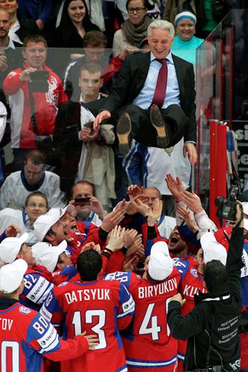 Билялетдинов же дебютировал в сборной с победы на чемпионате мира. Команда показал фантастический результат: ни одного поражения нагрупповом этапе с разницей шайб 27:8