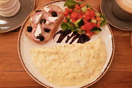 Греческий завтрак— это омлет, греческий салат итост сбрынзой имаслинами. Если попорядку, тоомлет хороший поразмеру, текстуре— даповсему. Адальше решили отработать схему превращения салата вбутерброд