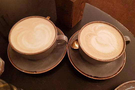 Латте икапучино внешне неотличаются ничем. Совсем. Одинаковая чашка, объем, даже узор намолочной пенке, даивкус (нупочти). Нафото: справа —капучино, слева —латте