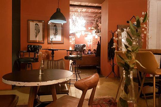 Кафе So sweet выросло из домашней кондитерской, сохранило акцент на тортиках и стало одним из самых инстаграмных мест города