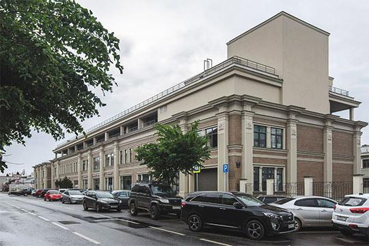 В упомянутом доме 9а располагался офис главной любимой фирмы Роберта Мусина «Новая нефтехимия». К нему примыкает дом9 — офисный центр «Казанское подворье» (на фото)