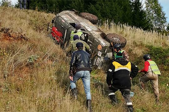 Были и аварии посерьезнее — так, одна «Нива» во время гонок опрокинулась на бок, пришлось переворачивать вручную