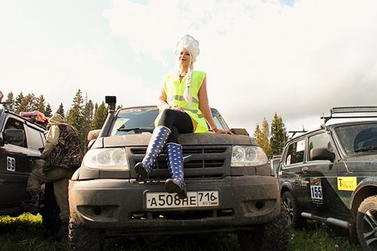 Единственный женский экипаж возглавляла Регина Гайсова из Менделеевска. На гонке она появилась в пестрых резиновых сапогах и с кокошником на голове