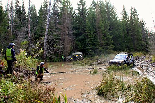 Путь участников осложнялся непроходимыми болотами, поваленными деревьями и крутыми подъемами. Им приходилось вытаскивать автомобили из грязи и водоемов, чиниться посреди маршрута