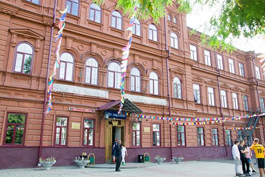 «У нас ведь школа нетиповая, приспособленная, это старинное здание второй половины XIХ века, построенное на пожертвования граждан Казани. Здесь, кстати, аура хорошая»