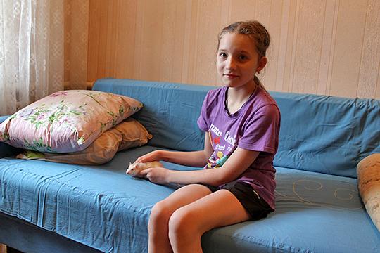 Из школы Богдану встречают обе ее любимицы — собака Эмма и ручная крыса Лариса