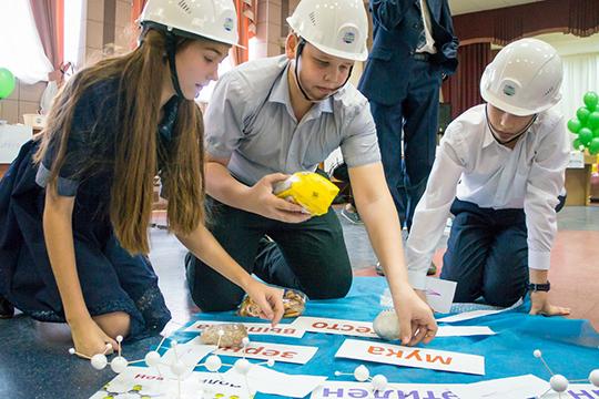 Школьники своими руками создают модели полимеров, проводят игровое научное исследование, изучают предметы, созданные изнефти игаза, иработают вигровых нефтяных бригадах