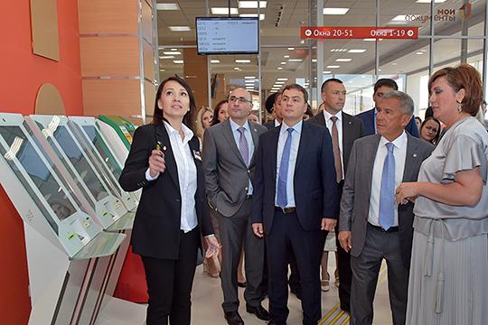 В ведение Хайруллина сентябрьским указом президента РТ передана сеть МФЦ, которые раньше курировало Минэкономики РТ.Руководит ГБУ «МФЦ» Ленара Музафарова (справа)