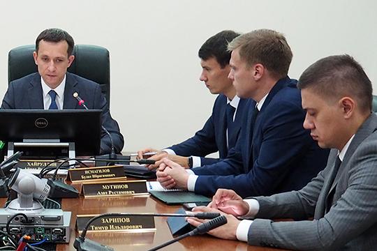 В сентябре покинул свой пост заместитель Хайруллина Тимур Зарипов (справа).Теперь в минцифре осталось всего два человека со статусом замминистра: Азат Мугинов(второй справа) и Булат Исмагилов (третий справа)