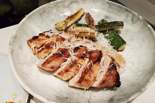 Цыпленок сцуккини ипармезаном— штука сытная итоже, вобщем, неплохая.Филе приготовлено так, что мясо остается внутри мягким исочным (да, речь про цыплячье филе), обзаведясь при этом чудесной корочкой