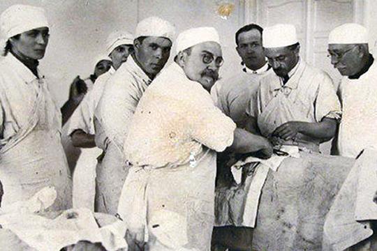 Большая часть жизни знаменитого хирурга Александра Вишневского связана с Казанью, где еще в 1899 году он закончил медицинский факультет Казанского Императорского университета, а потом долгие годы работал