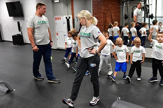 Для тех ребят, которые регулярно будут посещать тренировочные занятия, Академия хоккея подготовила подарки: комплекты фирменной атрибутики— футболу, кепку ирюкзак