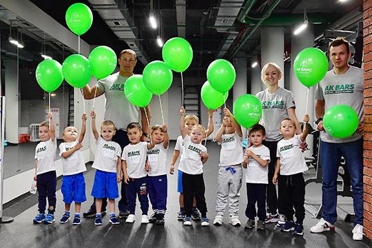 Сейчас под кураторством Академии занимаются три хоккейные школы Татарстана— «АкБарс», «Нефтяник» и«Динамо». Если вымечтали, чтобы ваш сын играл вглавных командах Республики, товам нужно записаться вАкадемию хоккея