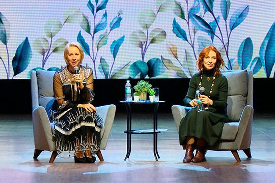 Татьяна Лазарева (слева) и Альбина Лактионова провели в Казани открытую лекцию, посвященную доверительным отношениям в семье