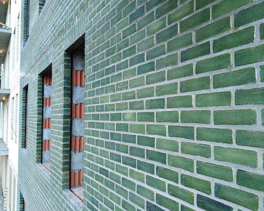 «В казанском ЖК«Привилегия» используется глазурованный кирпич ручной формовки. Это актуальнодля Казани, мне показалось, что тут у 80% новостроек фасад в керамограните»