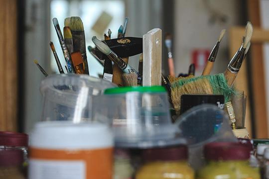 «Печалит отсутствие художественных материалов, ведь, кроме «Леонардо», «Художника» иинтернета, больше негде закупиться художнику»