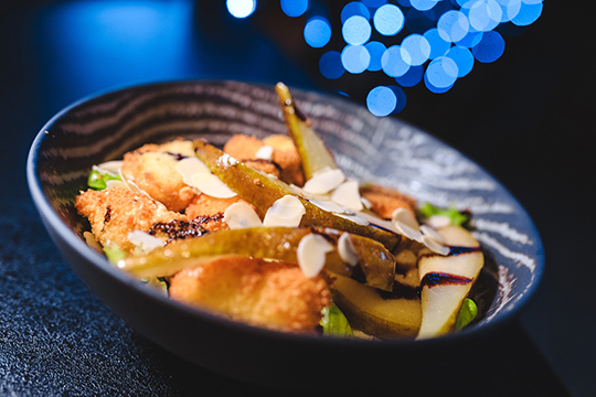 «Думали, что унас будут заказные десерты, нонаш повар приготовил японские панкейки смуссом икарамелизированными бананами. Невероятный вкус иидеальное дополнение ккофе»
