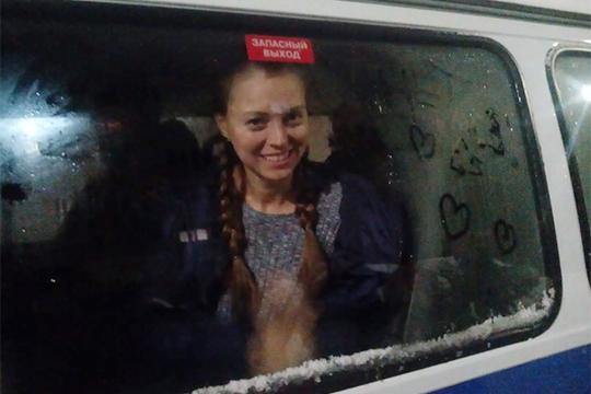 В Зеленодольский городской суд доставили первых задержанных экоактивистов. Сотрудники полиции доставили сначала двух мужчин, чуть позже — еще двух женщин