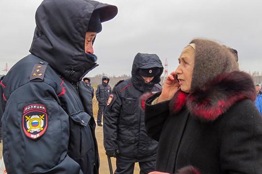 По словам одной из участниц движения, в 9.00 сотрудники полиции дали протестующим один час на то, чтобы свернуть лагерь, в противном случае обещали его разогнать