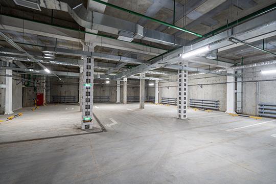 Подземный паркинг рассчитан на150 машин. Наземная парковка вовнутреннем дворе позволяет разместить еще 50 автомобилей—итого вкомплексе можно разместить200 авто