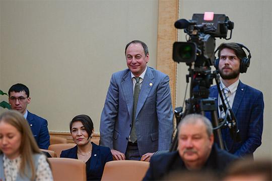 Прежний пресс-секретарьЭдуард Хайруллинпостарой памяти также заглянул повидать журналистов