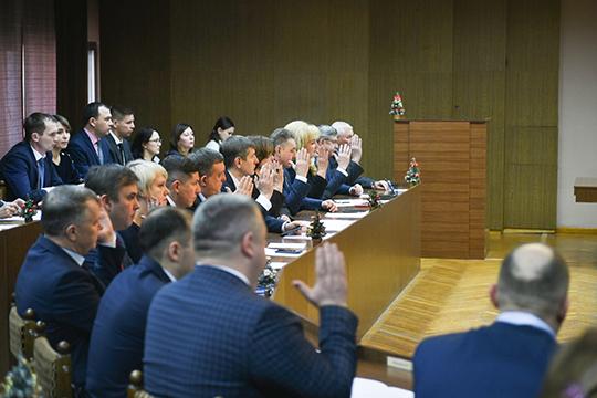 Последняя вэтом году XXXV сессия горсовета Челнов обещала быть краткой, так как повестка еевключала лишь четыре вопроса