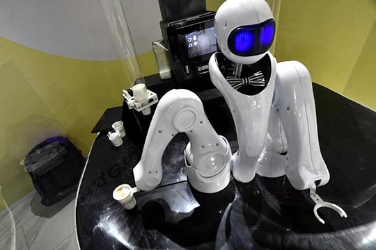 «Роботы начнут и ходить, и работать, но так будет только в передовых ресторанах. В первую очередь заменят барменов, потом — сотрудников зала»