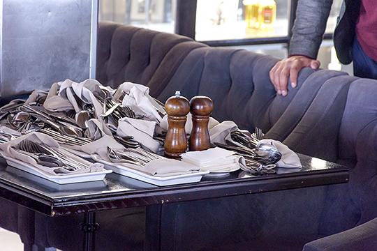 «В ресторанах будут отсутствовать главные бухгалтеры, калькуляторы, экспедиторы, старшие менеджеры и сушефы, в сетевых компаниях не станет юристов и финансовых аналитиков. Появятся новые должности...»