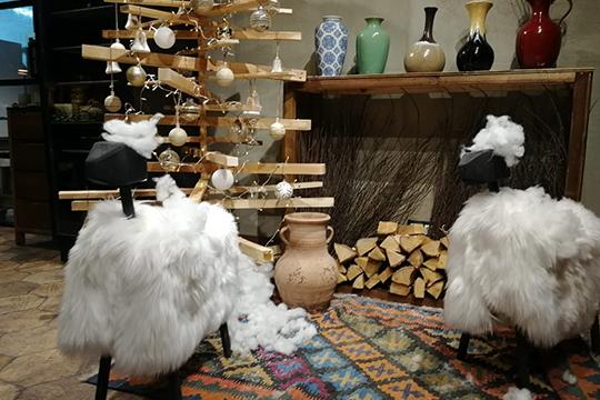 Отмечу новогоднюю фотозону селкой издеревянных брусков ибелых барашков нацветном ковре— выглядит красиво