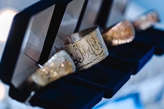 «Сейчас заказывают кольцо, на котором просят выгравировать изречения из ислама, Библии и т. д.»