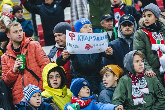 После победы у выхода с поля в подтрибунку Кудряшова окрикивал мальчик с баннером и просьбой подарить ему футболку