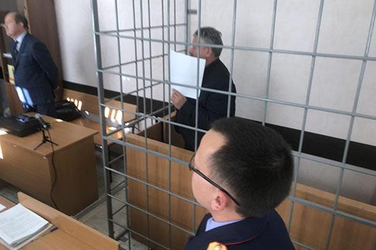 Обвиняемый отворачивался от немногочисленных журналистов, а во время оглашения постановления и вовсе прикрывал лицо листком бумаги