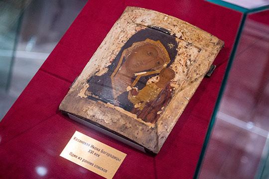 Елена Теребилкина рассказала, что это (Сорокинский список) самый древний список Казанской иконы Божией Матери навыставке, который датируется первым десятилетием после обретения первоявленного образа в1579 году
