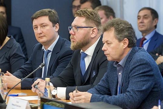 Аудитория неприняла нипо-свойски непринужденного тона Олега Ландина (слева), нисуховатого, снекоторыми эмоциональными всплесками изложения Николая Титова (справа)