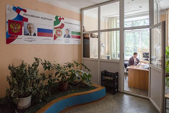 Комментируя резонансные случаи по России, когда ученики проносили в школу холодное и огнестрельное оружие, Хидиятов признал, что вопрос с охраной по-прежнему стоит остро