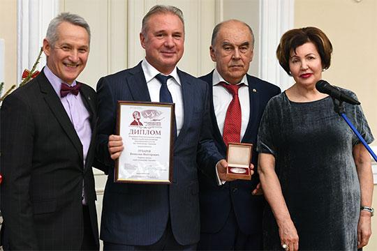 Вячеслав Зубарев, который в этом году стал лауреатом Таркаевской премии, тоже получил дополнительное очко от наших экспертов и поднялся на 22 место в Топ-100