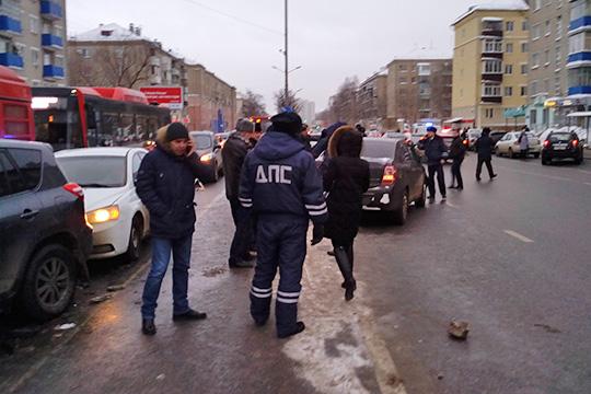 Эпизод боевика сприменением насилия кпредставителю власти, серией ДТП ипогоней можно было наблюдать вчера наперекрестке улиц Восстания иИбрагимова