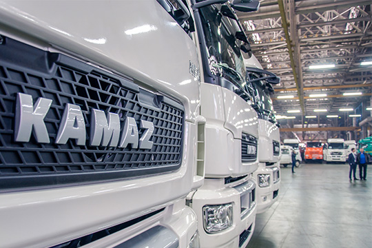 Первое место по-прежнему сбольшим отрывом удерживает КАМАЗ— за2017 год компания увеличила выручку на17%до156млрд рублей исмогла нарастить прибыль в5,2 раза до3,5млрд рублей
