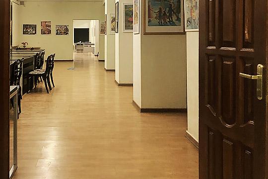 Сама галерея Ильдара Зарипова представляет собой три комнаты— два больших выставочных зала иодин небольшой скартинами создателя студии