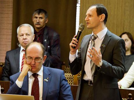 По словам руководителя пресс-службы «КАМАЗа» Олега Афанасьева (справа), в среднем за год предприятие принимает не больше 100 иностранцев, и то в основном на короткий срок