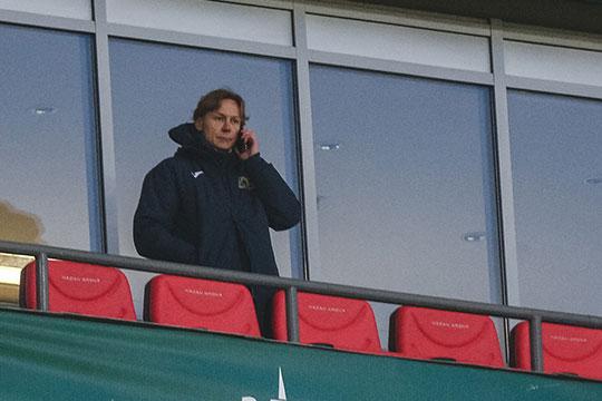 Именно после звонков Карпина, который недовольно махал руками, на скамейке запасных «Ростова» готовили замены