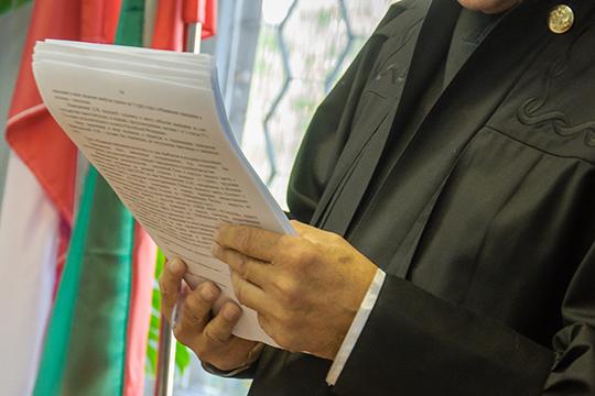 Представитель истицы заявил ходатайство опочерковедческой экспертизе.Суд ходатайство удовлетворил иназначил экспертизу