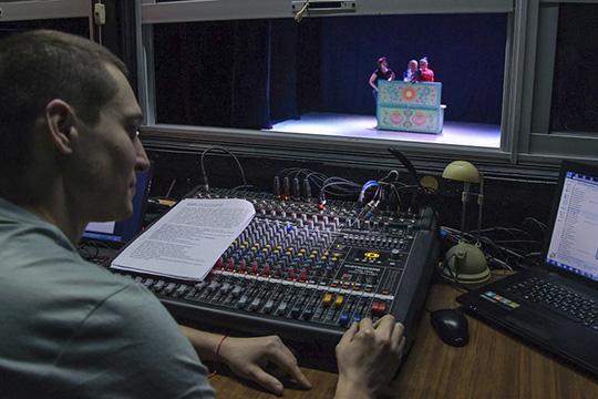 Театр кукол нетеряет надежды иочень хочет получить новое здание ссовременными технологиями, чтобы сцена могла трансформироваться иподниматься, чтобы зал был оснащенмультимедийным оборудованием