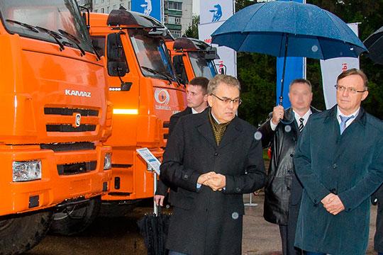 Остается в первой пятерке топа гендиректор ПАО «КАМАЗ» Сергей Когогин (справа). И хотя автогигант сегодня официально не ведет оборонных программ, большая часть грузовиков в Вооруженных силах — челнинские