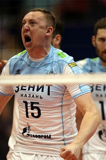 В начале четвертого сета чемпионское сердце почти остановилось (3:8), когда Владимир Алекно достал дефибриллятор в лице Алексея Спиридонова