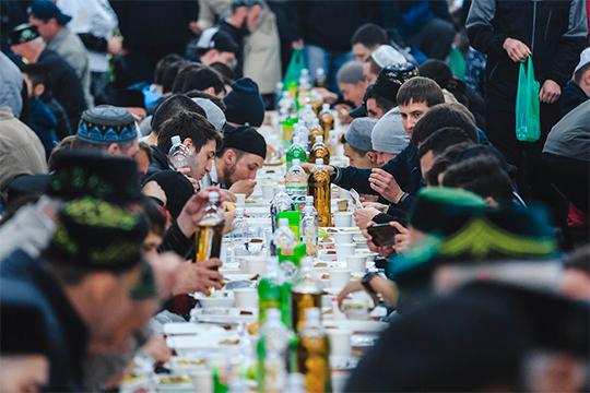 «На ифтаре вместе сидят люди из разных слоев общества: министры, депутаты и обычные горожане. Ифтар объединяет и, какое бы место человек не занимал в обществе, он начинает понимать, что у всех конец один»